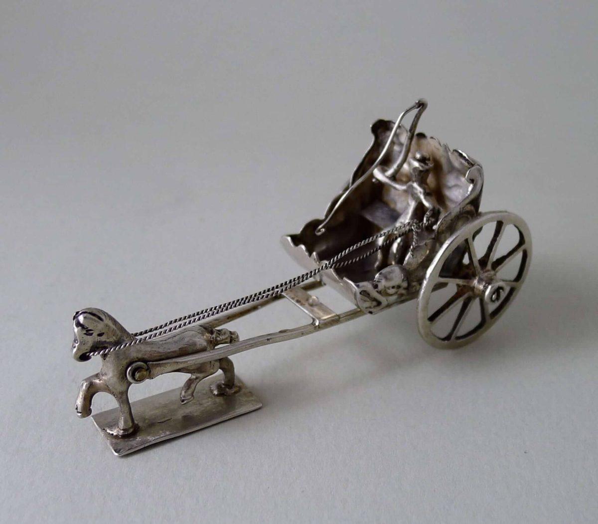 22 1200x1051 - Miniatuur zilveren koetsje