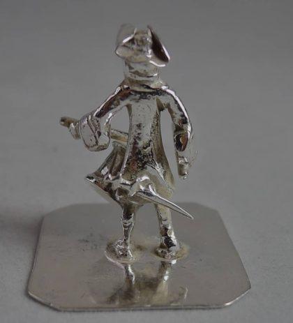 P1110833 420x463 - Miniatuur man met trommel