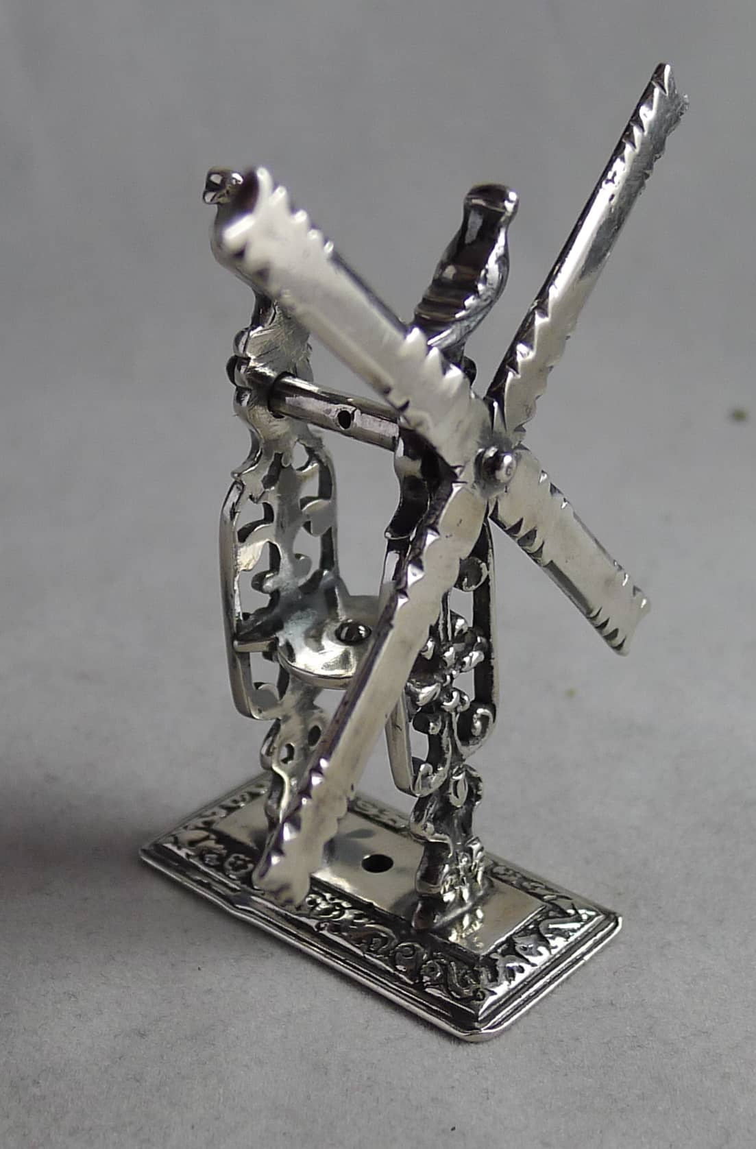 P1140292 - Miniatuur zilveren molen