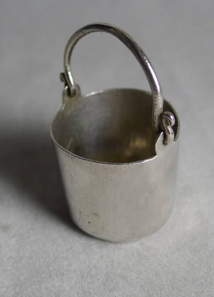 P1170143 420x583 - Miniatuur zilveren emmer