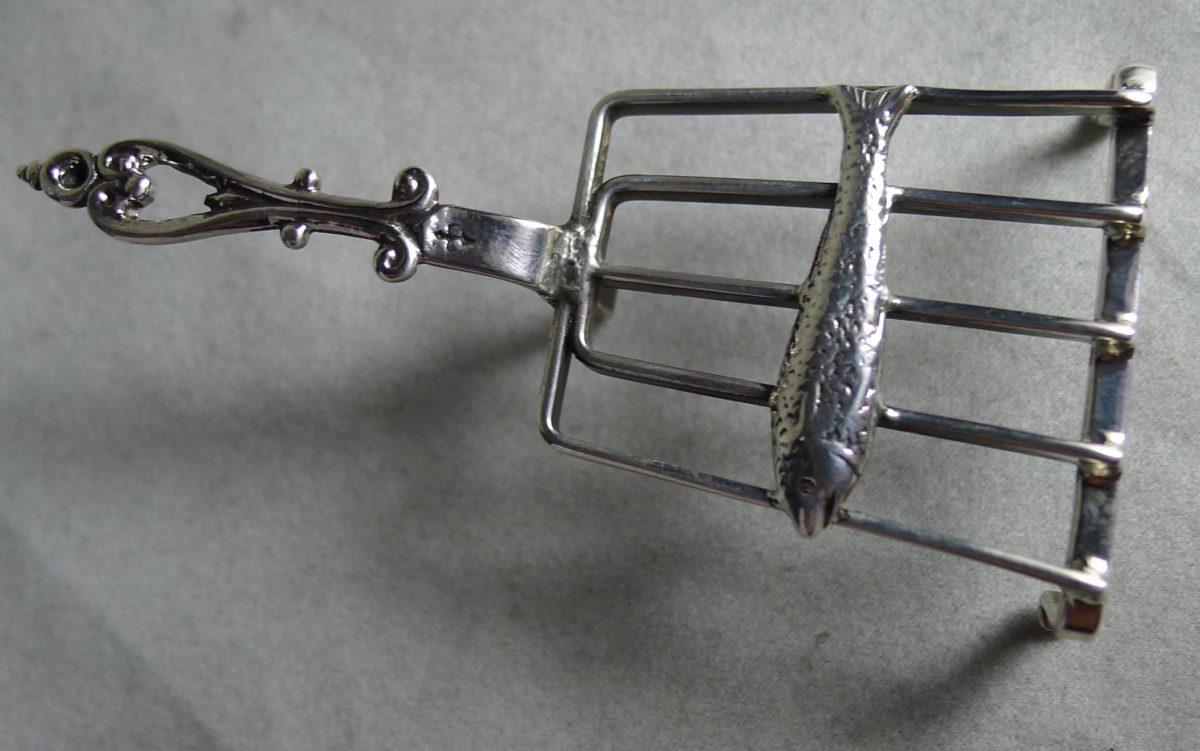 P1170625 1200x751 - Miniatuur zilveren vis op treeft (verkocht)