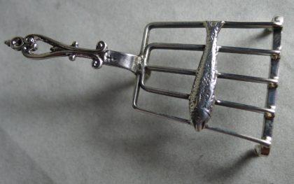 P1170625 420x263 - Miniatuur zilveren vis op treeft