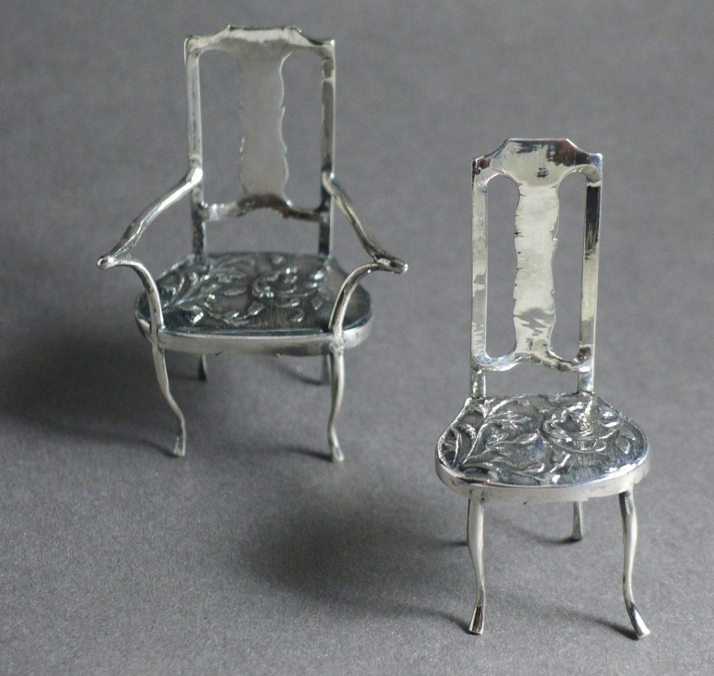 P1320120 1040x985 - Twee miniatuur stoelen