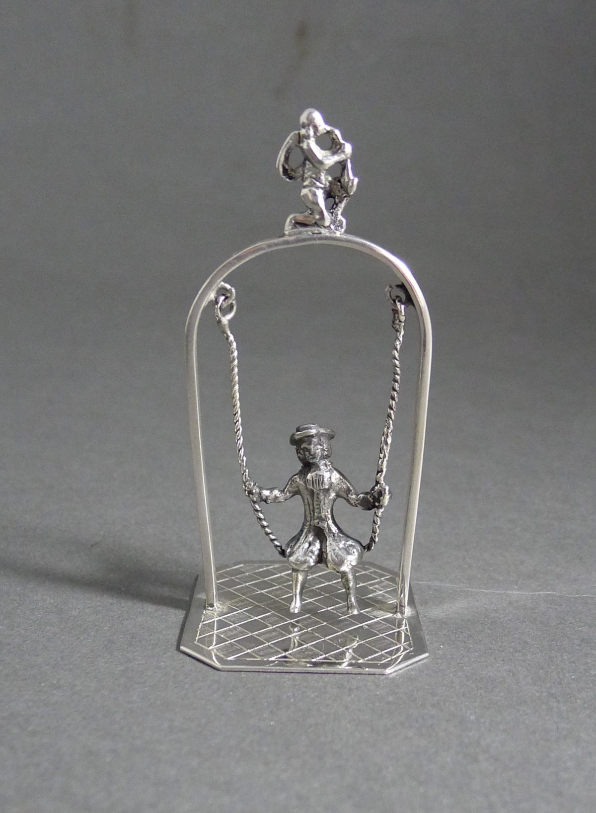 P1320640 1200x1636 - Miniatuur schommel