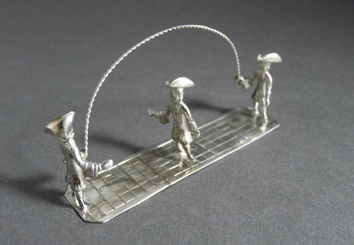 P1320647 1200x830 - Miniatuur jongens met springtouw