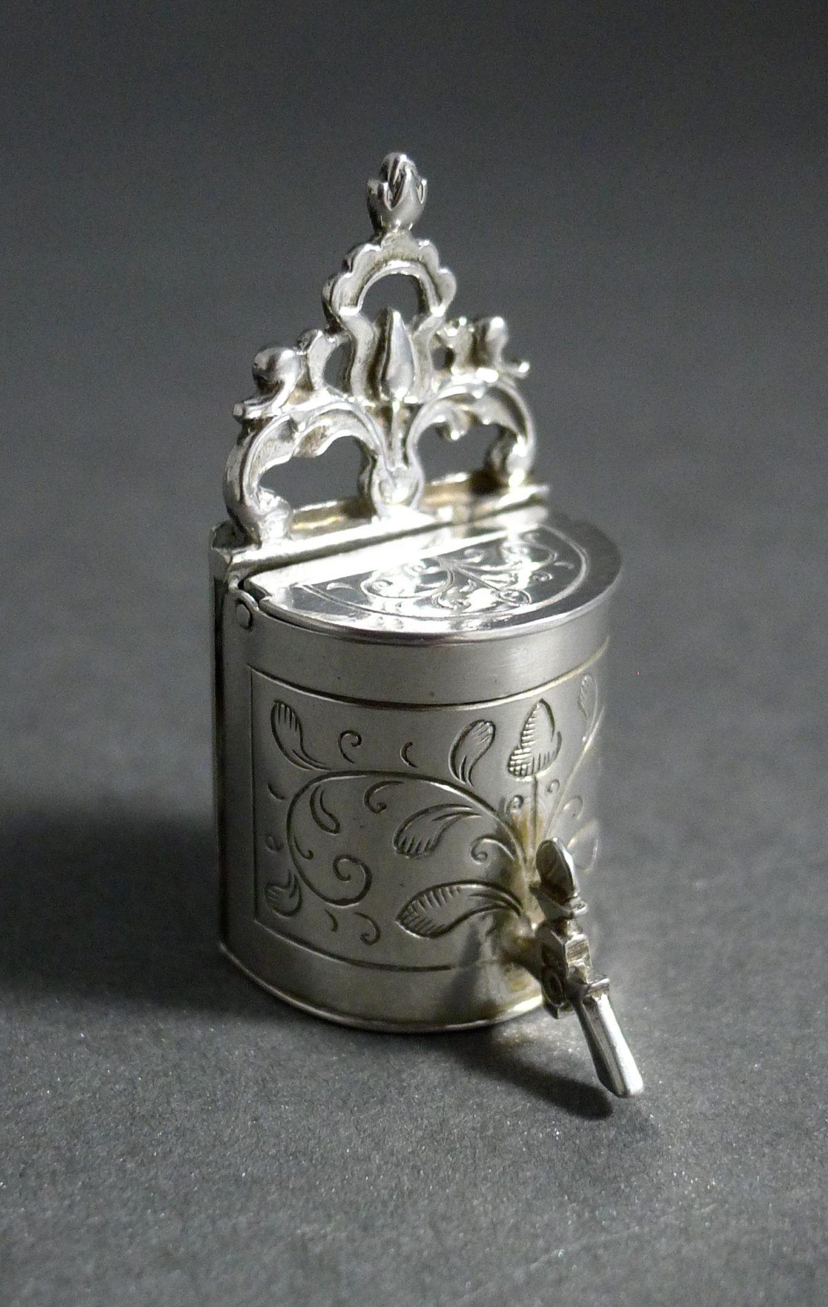 P1320682 1200x1893 - miniatuur zilveren wandfontein  ( verkocht )