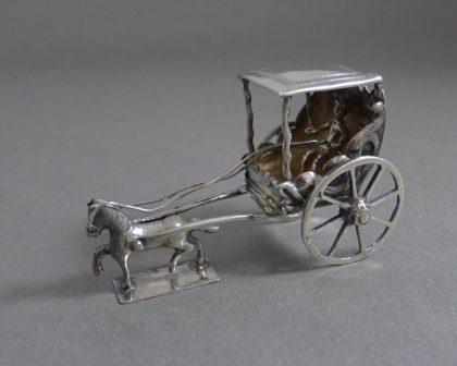 P1330154 420x336 - Miniatuur koets met dakje