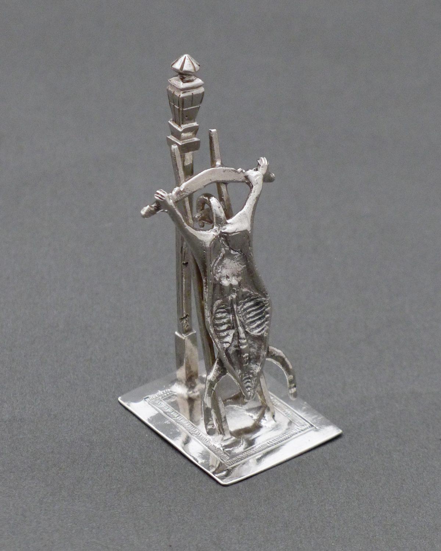 P1330567 1200x1500 - Miniatuur uitgebeend varken op ladder