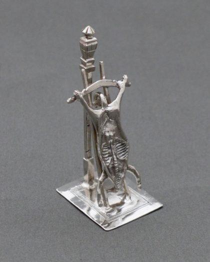P1330567 420x525 - Miniatuur uitgebeend varken op ladder