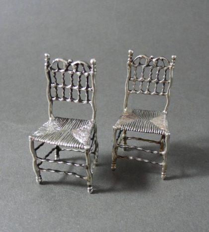 P1330745 420x468 - Paar miniatuur stoelen