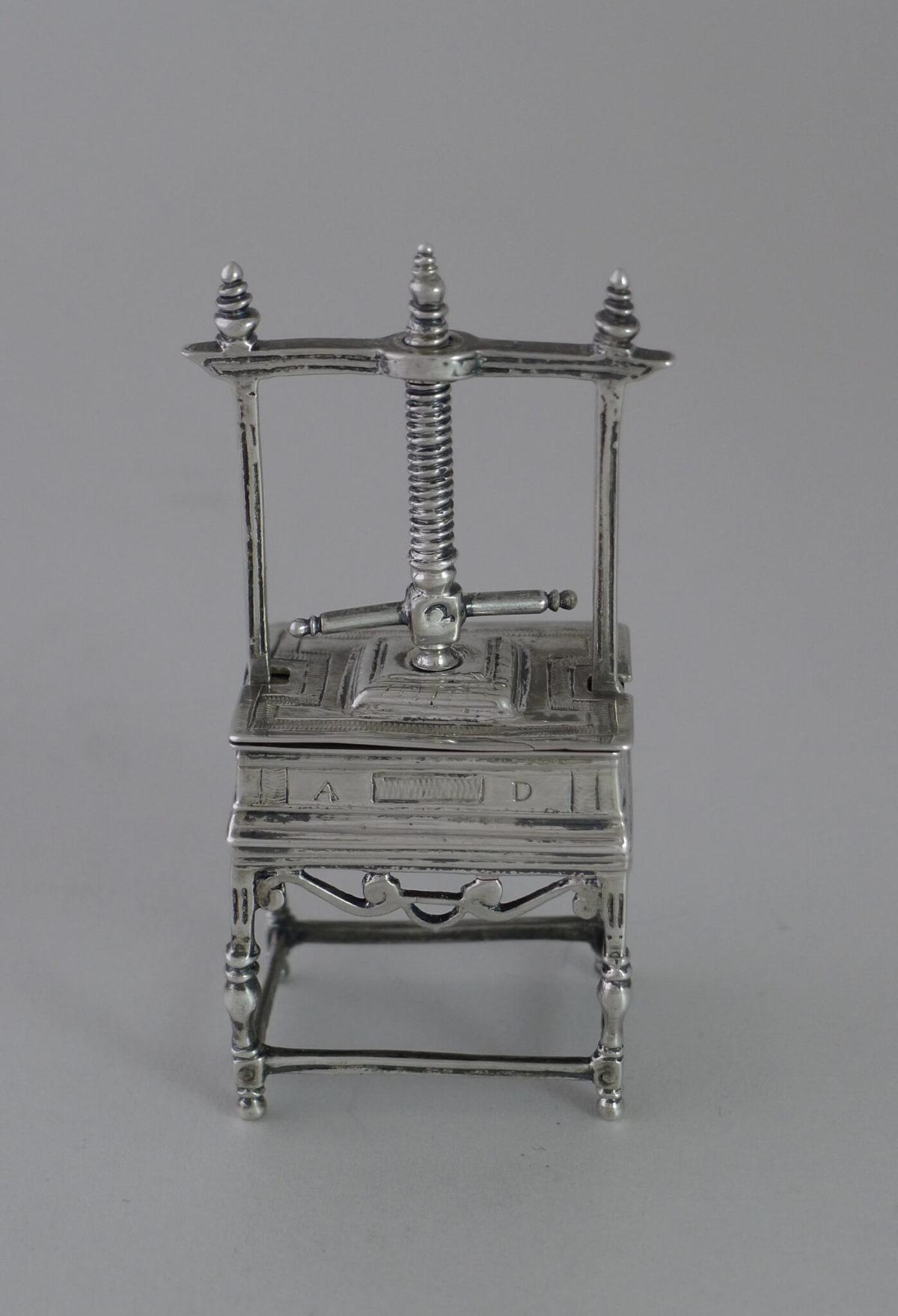P1350073 1200x1758 - Miniatuur zilveren linnenpers