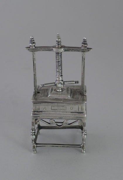 P1350073 420x615 - Miniatuur zilveren linnenpers