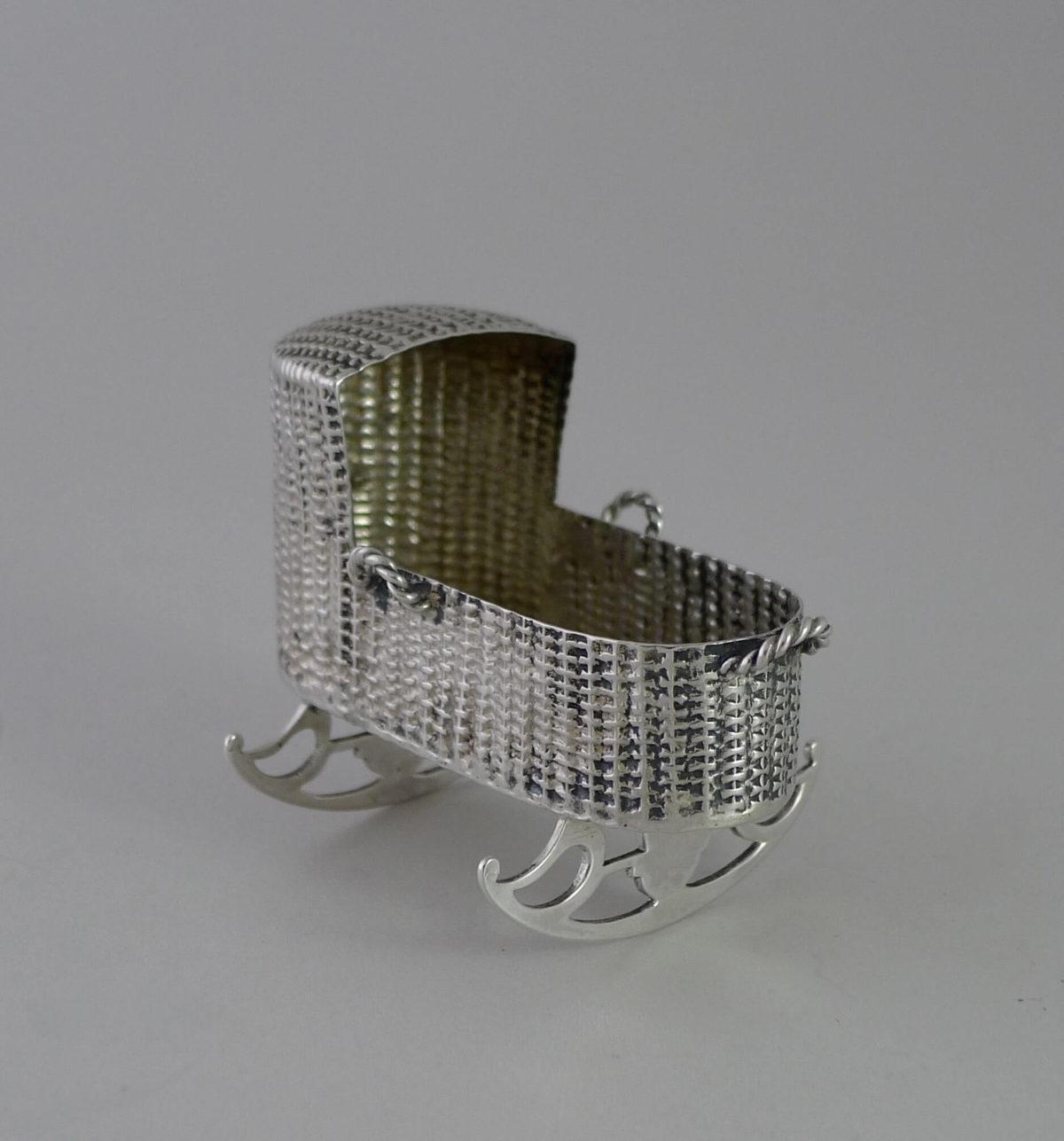 P1350087 1200x1287 - Miniatuur zilveren schommelwieg