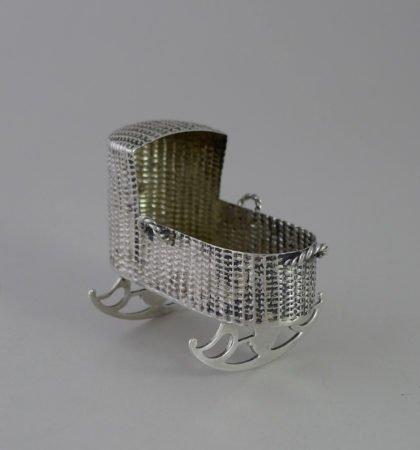 P1350087 420x450 - Miniatuur zilveren schommelwieg