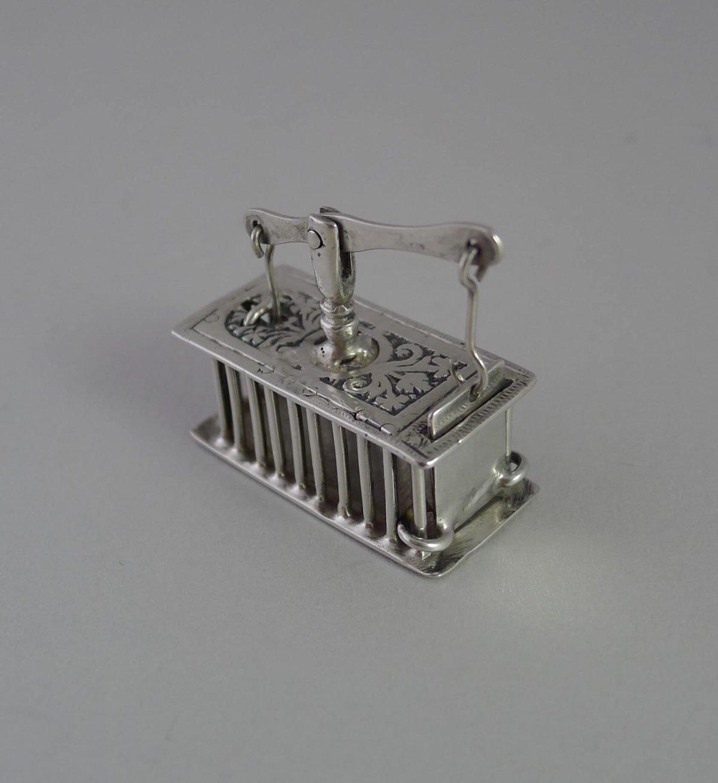 P1350095 1200x1309 - Miniatuur zilveren muizenval