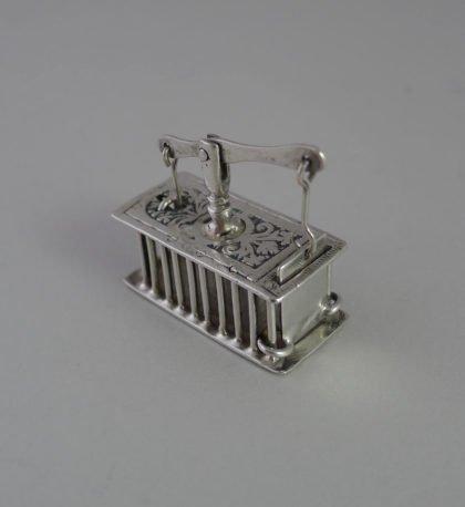 P1350095 420x458 - Miniatuur zilveren muizenval