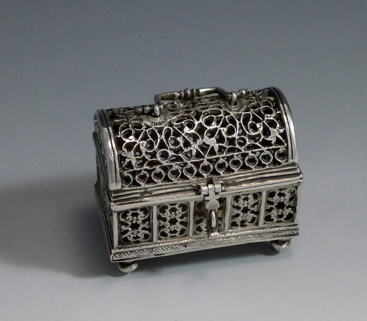 P1350177 1200x1052 - Miniatuur zilver knottekistje ( verkocht )