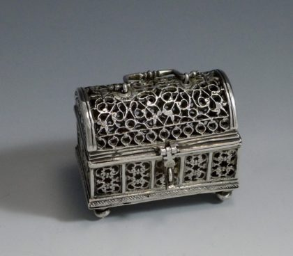 P1350177 420x368 - Miniatuur zilver knottekistje ( verkocht )