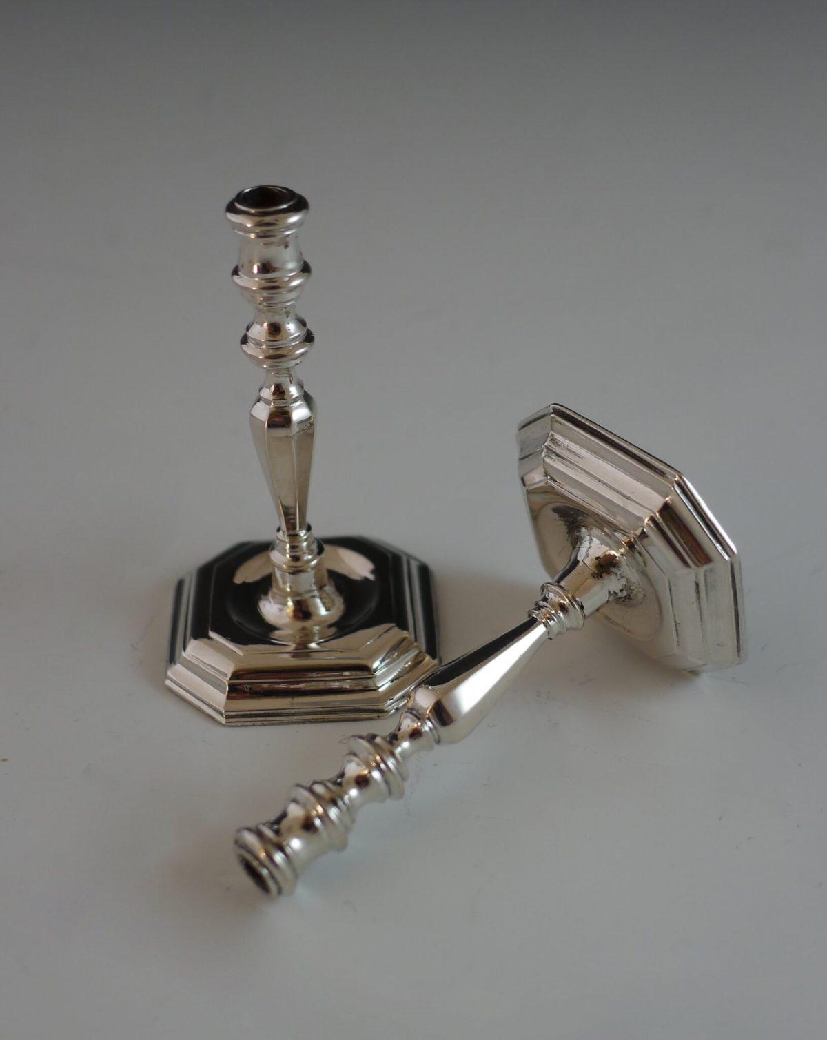P1350239 1200x1509 - Paar miniatuur zilveren kandelaars
