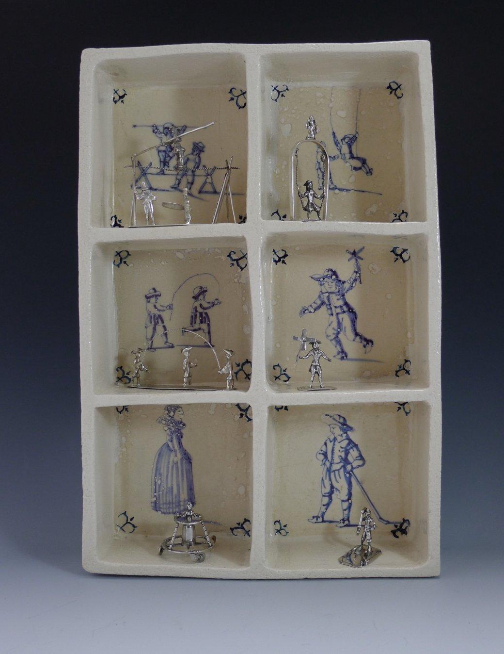 P1350302 1040x1348 - Aardewerk tegelkastje met 6 miniaturen van spelende kinderen