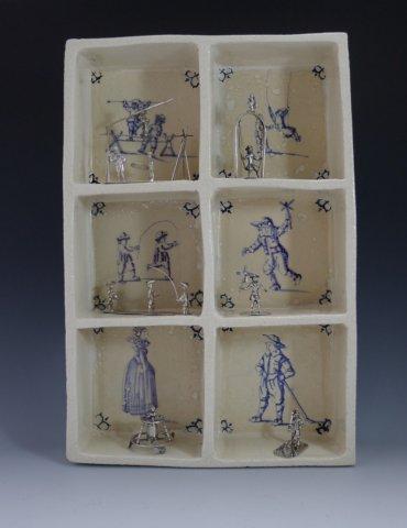 P1350302 370x480 - Aardewerk tegelkastje met 6 miniaturen van spelende kinderen