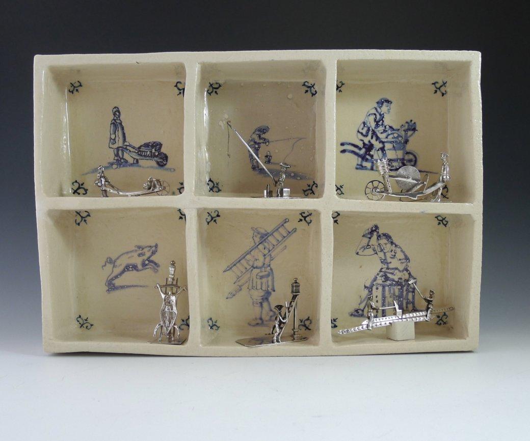 P1350315 1040x866 - Aardewerk tegelkastje met 6 miniaturen van beroepen