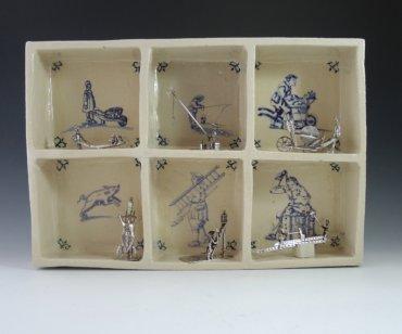 P1350315 370x308 - Aardewerk tegelkastje met 6 miniaturen van beroepen