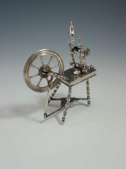 P1360150 420x560 - Miniatuur spinnewiel ( verkocht )