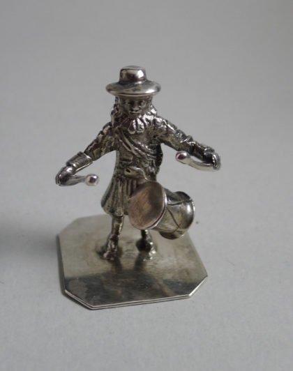 P1360585 420x532 - Miniatuur man met trommel