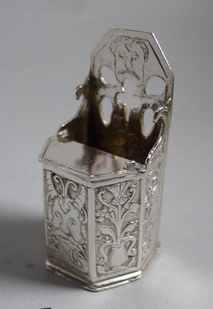 P1360591 420x607 - Miniatuur kakstoel