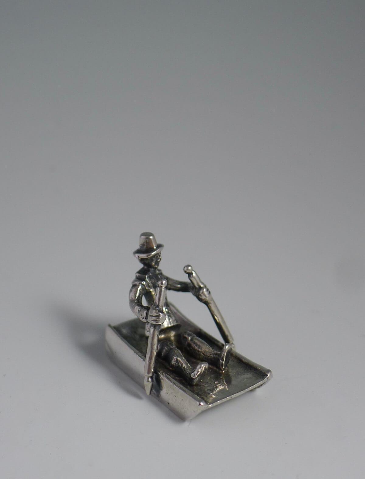 P1380651 1200x1577 - Miniatuur man op prikslee