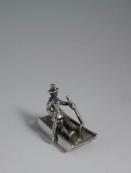 P1380651 420x552 - Miniatuur man op prikslee