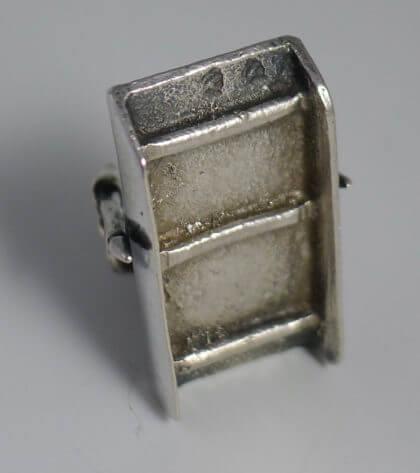 P1380653 420x473 - Miniatuur man op prikslee